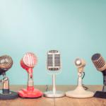 Mikrophone vor blauem Hintergrund